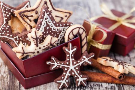 galletas de navidad: Galletas de Navidad hechas en casa en la mesa de madera