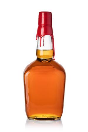 白い背景に分離されたウィスキー ボトル