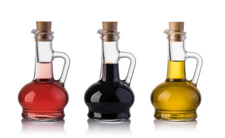 オリーブ オイルと酢は、白い背景で隔離のボトル