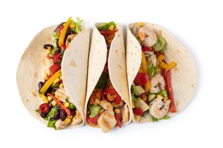 Burrito mit Gemüse und Tortilla, isoliert auf weiß