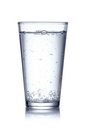 Vaso de agua mineral sobre fondo blanco.
