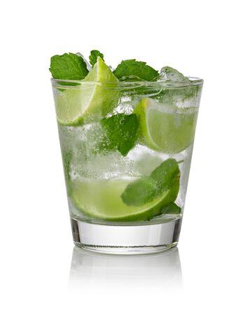Mojito-Cocktail isoliert auf weißem Hintergrund