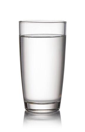 Vaso con agua aislado sobre fondo blanco. Foto de archivo