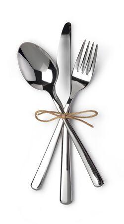 Set di posate con forchetta, coltello e cucchiaio isolato su sfondo bianco