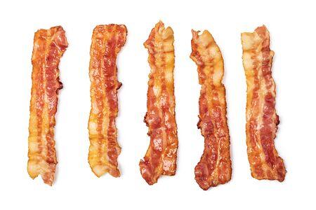 Tranches de bacon frit chaud croustillant isolé sur fond blanc Banque d'images