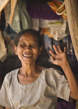 saluta: Vecchia donna asiatica ci saluta Editoriali