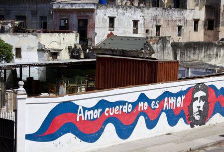 promover: A ilha de Cuba est� cheia de cartazes  paredes  cartazes com imagens e slogans que promovem as b�n��os da Revolu��o Cubana. Editorial