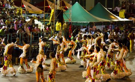 festividades: La Habana, Cuba, 11 de agosto 2012: La Habana Carnaval, una pausa para la alegr�a. Cada a�o, miles de cubanos esperamos que las festividades de carnaval tradicional, un espect�culo colorido y explosivo de carros aleg�ricos y bailarines.