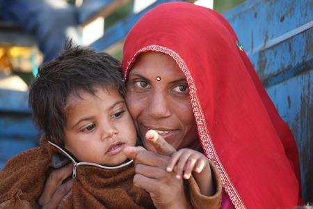 niños pobres: Pushkar, India: Una hermosa mamá india con su hijo Editorial