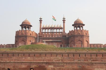enclosing: Old Delhi, India: Red Fort, Riserva per le sue massicce mura di cinta di arenaria rossa, fu la residenza dell'imperatore Mughal dell'India