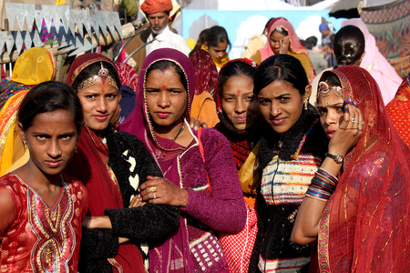 Pushkar, India, 28 Novembre 2012: Bella ragazza indiana alla fiera di Pushkar, nello stato indiano del Rajasthan Archivio Fotografico - 32244582