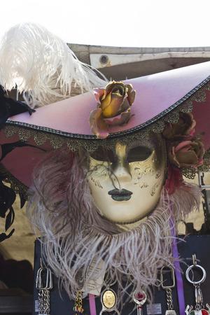 mascaras de carnaval: T�picas m�scaras venecianas de carnaval en un mercado en la regi�n del V�neto, en Italia