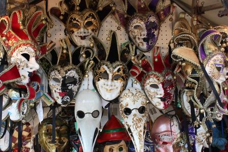 mascaras de carnaval: T�picas m�scaras venecianas de carnaval en un mercado en la regi�n italiana del V�neto Foto de archivo