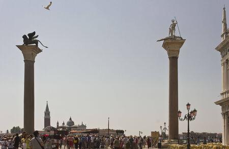 leon alado: Venecia, Italia, 4 de junio 2014: El le�n de Venecia es un antiguo bronce alada escultura del le�n en la Piazza di San Marco (San Marcos