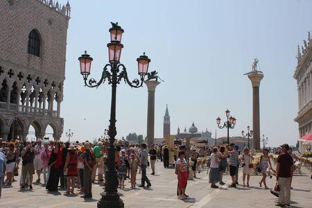 leon alado: Venecia, Italia: El le�n de Venecia es un antiguo bronce alada escultura del le�n en la Piazza di San Marco (Plaza de San Marcos) de Venecia, Italia, que se convirti� en s�mbolo de la ciudad