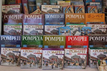 guia turistico: Pompeya, Italia: Pompei gu�a en diferentes idiomas, en una tienda cerca del lugar.