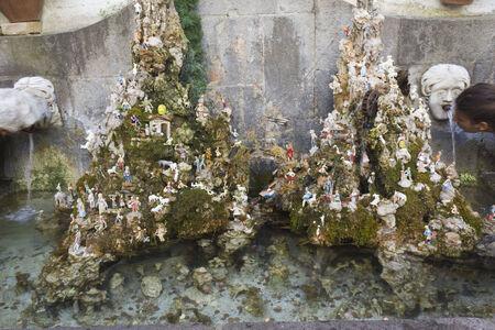 creche: Amalfi, Italia: Amalfi guarder�a y una fuente. En el centro de la ciudad de Amalfi, un s�mbolo de napolitanos guarder�a Editorial