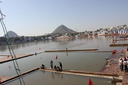 hindues: Pushkar, India: Vista del lago Pushkar a trav�s de edificios. Es un lago sagrado de los hind�es Editorial