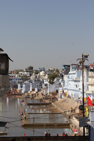 hindues: Pushkar, India: Vista del lago Pushkar a trav�s de edificios. Es un lago sagrado de los hind�es Editorial