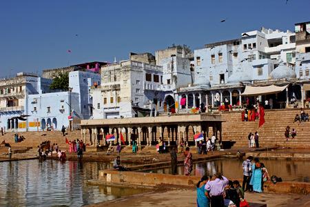 hindus: Pushkar, India: Vista del lago Pushkar a trav�s de edificios. Es un lago sagrado de los hind�es Editorial
