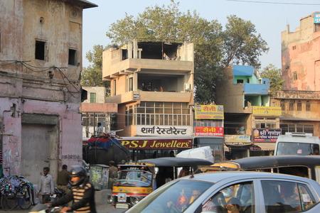 personnes qui marchent: JAIPUIR, INDE: La vie quotidienne � Jaipur, avec son trafic et les gens marchant le long de la rue Editeur