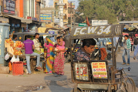 gente caminando: Jaipuir, INDIA: La vida cotidiana en Jaipur, con su tr�fico y la gente caminando por la calle