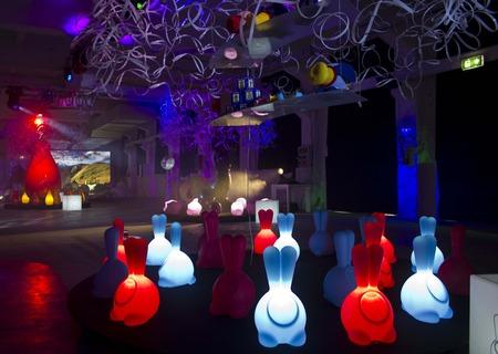 illuminati: MILANO, ITALIA - 8 aprile; GLOBOLAND installazione Disegno popolato da GLOBOLI: personaggi illuminati e illuminanti nati dalla creativit� dei topylabrys artista. Editoriali