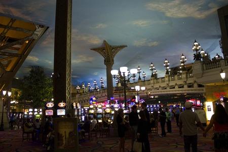 tragamonedas: LAS VEGAS, EE.UU. - 05 de agosto: En el interior del Casino de Par�s en Las Vegas, vista de las m�quinas tragamonedas en la noche de 05 de agosto 2013