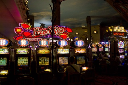maquinas tragamonedas: LAS VEGAS, EE.UU. - 05 de agosto: En el interior del Casino de Par�s en Las Vegas, vista de las m�quinas tragamonedas en la noche de 05 de agosto 2013