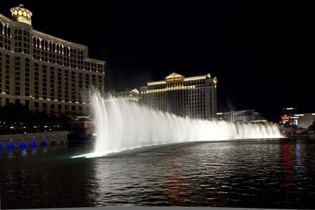 waterleiding: Las Vegas, USA - 5 augustus: Bellagio waterwerken, mooie waterspelen in de nacht in de voorkant van het Bellagio Hotel tegenover Caesars Palace in Las Vegas, op 5 augustus 2013 Redactioneel