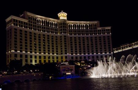 waterleiding: Las Vegas, USA - 5 augustus: Bellagio waterwerken, mooie waterspelen in de nacht in de voorkant van het Bellagio Hotel in Las Vegas, op 5 augustus 2013