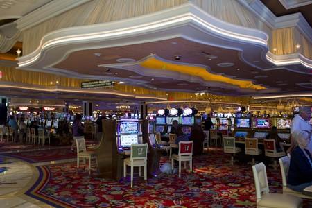 maquinas tragamonedas: LAS VEGAS, EE.UU. - 05 de agosto 2013: Wynn Las Vegas del casino con la gente que juega en las m�quinas tragaperras en 06 de agosto 2013 Editorial