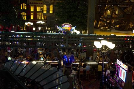 maquinas tragamonedas: LAS VEGAS, EE.UU. - 06 de agosto: En el interior del Casino de Par�s en Las Vegas, vista de las m�quinas tragamonedas en la noche de 06 de agosto 2013 Editorial
