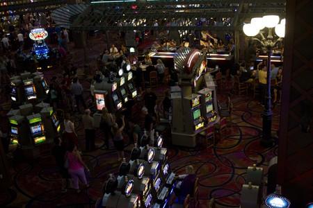 tragamonedas: LAS VEGAS, EE.UU. - 06 de agosto: En el interior del Casino de Par�s en Las Vegas, vista de las m�quinas tragamonedas en la noche de 06 de agosto 2013 Editorial