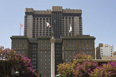dewey: SAN FRANCISCO, USA - 12 agosto 2013: Union Square, nel centro di San Francisco, vista l'hotel Westin St Francis in background e il Monumento Dewey nel centro della Piazza Editoriali