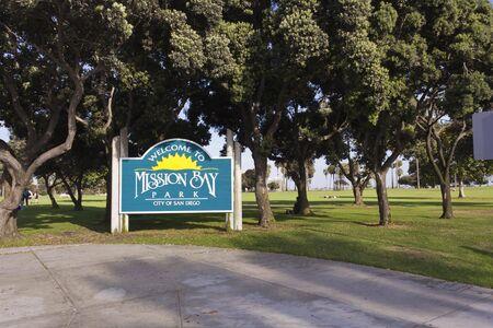 mision: SAN DIEGO, EE.UU. - 21 de agosto de 2013: San Diego Mission Bay Park se�al de entrada a trav�s de �rboles, con nadie alrededor