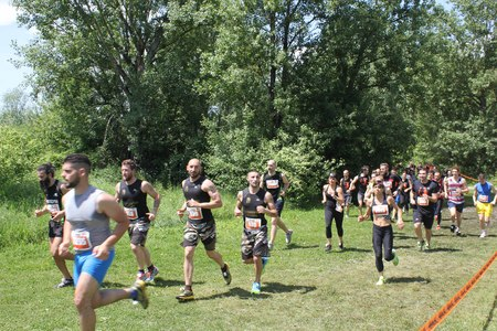 gens courir: SIGNA, ITALY - MAY 9 2015: Group of people running in the Renai Park near Florence during the Inferno Run competition