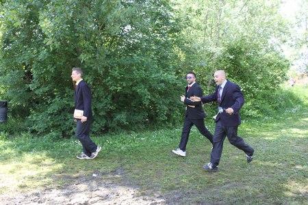 gens courir: SIGNA, ITALIE - 9 mai 2015: Trois personnes courante dans leurs costumes d'affaires dans le Parc Renai pr�s de Florence pendant la comp�tition Inferno Run