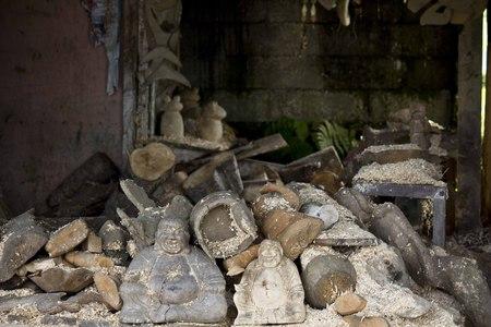 talla en madera: La talla de madera laboratorio en Ubud, Indonesia, con muchas sonriendo fo astillas de madera a través