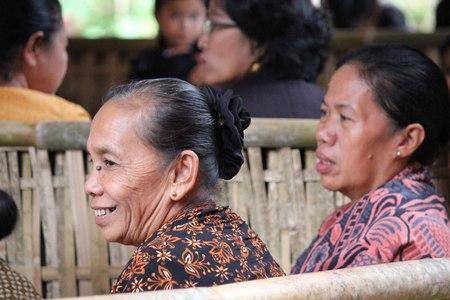 indonesian woman: Tana Toraja, Indonesia - 03 de julio 2012: mujer indonesia de edad sonriendo en una ceremonia funeral en Tana Toraja Editorial