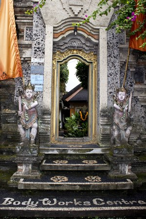 hinduist: BALI, INDONESIA - JULY 6 2012: Entrance door for the Ubud Bodyworks Healing Centre in Bali, with traditional Hindu architecture