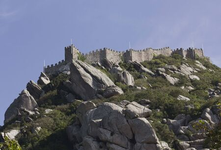 castello medievale: Panoramica dal fondo del Castello dei Mori a Sintra, in Portogallo, antico castello medievale