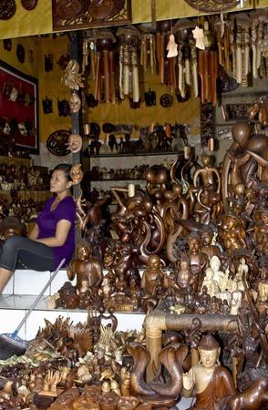 talla en madera: Bali, Indonesia - 6 de julio 2012: tienda de recuerdos balinés tradicional con todas las esculturas de madera Dios