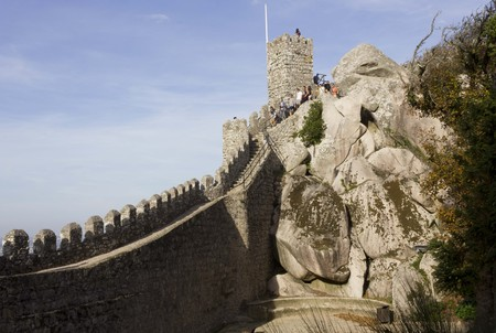 p�rim�tre: SINTRA, PORTUGAL - OCTOBER 25 2014: Beautiful view of Moorish Castle tower and walls perimeter through rocks, with people along the tower �ditoriale