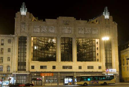 pus: Lisbona, Portogallo - 24 ottobre 2014: Eden Teatro edificio di notte a Lisbona, con un passaggio di pus