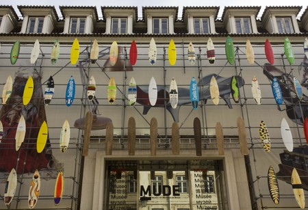 muse: LISBON, PORTUGAL - OCTOBER 24 2014: The facade of Muse Museum of Fashion and design in Rua Augusta in Lisbon, with surfboards on the facade Editorial