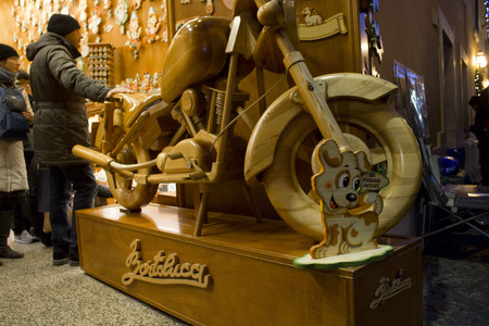 harley davidson: ROME, ITALY - DECEMBER 31 2014: An Harley Davidson hand crafted in wood in a shop in Rome, with people around