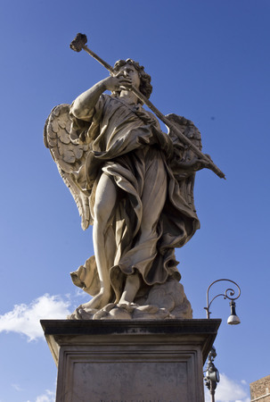 ROMA, ITALIA - 31 dicembre 2014: Statua di angelo vicino su ponte Sant'Angelo a Roma, Italia
