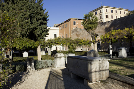 giardino: ROME, ITALY - JANUARY 2 2015: The Garden of The Diocletian Baths in Rome, with archaeologic sculpture around