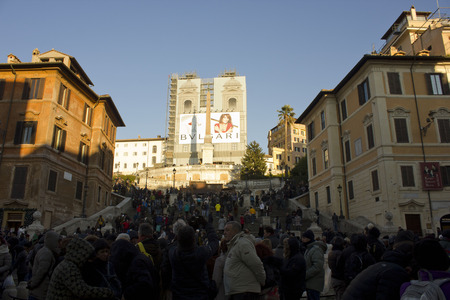spagna: ROME, ITALY - DECEMBER 31 2014: Day view from of the Spanish steps of Piazza di Spagna with people on it, and the Trinita dei Monti church under renovation works Editorial